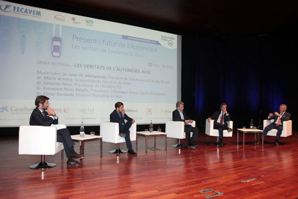 Diversos ponents participen a un debat durant l'Automobile Talks